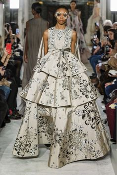 Valentino Spring 2019 Couture Fashion Show - Vogue Fashion Week Paris, Runway Fashion, Spring Fashion, High Fashion, Fashion Outfits, Fashion Trends, Fashion Weeks, Work Fashion, London Fashion