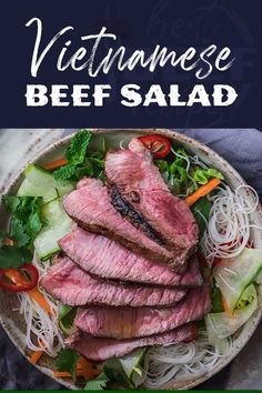 With its nutritious ingredients and bright flavors, including a pop of mint, this Asian beef salad is guaranteed to put a smile on your face. It will be your new favorite steak salad recipe! Asian Beef Salad Recipe, Thai Steak Salad, Steak Salat, Easy Salad Recipes, Dinner Recipes, Healthy Recipes, Healthy Nutrition, Drink Recipes, Healthy Foods