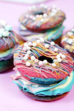 Auf der Suche nach einem ausgefallenen Rezept für die nächste Geburtstags Party? Auf Madmoisell zeige ich dir ein Rezept für Regenbogen Donut Burger!