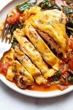 Tomato Spinach Chicken Skillet - Filling, tasty and comforting - A nutritious chicken recipe for a low-carb/keto dinner option. 370 cal, 36 g protein. Chicken Recipes With Tomatoes, Chicken Skillet Recipes, Keto Recipes, Cooking Recipes, Healthy Recipes, Frango Chicken, Cheesy Chicken, Chicken Divan, Keto Chicken