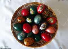 Decorating Easter eggs in Slovenia is a lovely way to keep up a long-lasting tradition of the Slovenes. Many other European countries also decorate their eggs in a similar style. Easter Eggs, Bunny, Traditional, How To Make, Decor, Decoration, Dekoration, Rabbits, Inredning