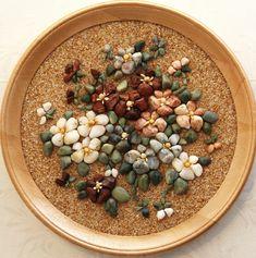 Поделки из морских камушков | Материнство - беременность, роды, питание, воспитание Pebble Mosaic, Stone Mosaic, Mosaic Art, Stone Crafts, Rock Crafts, Diy And Crafts, Beach Rock Art, Merry Christmas Message, Rock Flowers
