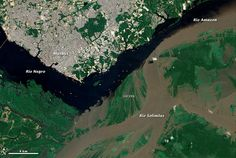 Perto de Manaus, o Rio Solimões (de águas claras e barrentas) se encontra com o Rio Negro (com águas limpas e escuras),