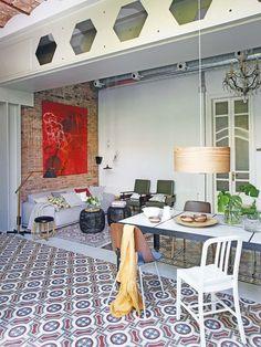 Proprietarii acestei frumoase case din Barcelona se bucură de o oază de natură…