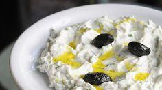 """Diesen köstlichen Joghurtdip kennt jedes Kind. Aber wie wird es von echten Griechen eigentlich zubereitet? Das Kochbuch """"Griechische Meze"""" lüftet das ..."""
