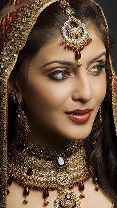 Jewelry/makeup look? Indian Bridal Makeup Tips. Beautiful Indian Brides, Beautiful Bride, Beautiful Beautiful, Beautiful Pictures, Indian American Weddings, Indian Weddings, Nigerian Weddings, African Weddings, Bridal Makeup Tips