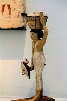 Statuette de porteuse d'offrandes Moyen-Empire 12e dynastie ( vers 1963-1786 avant J.-C.) Assiout , tombe d' Oupoaoutemhat Bois de figuier sycomore stuqué et peint