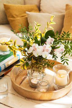 00421100. Flores y plantas en un jarrón con tres velas en portavelas de cristal sobre una bandeja de madera_00421100