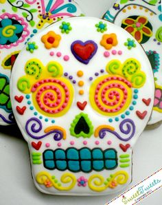 Dia de los Muertos / Day of the Dead Skull cookies- Wow, a lot of work for cookies but these look great!