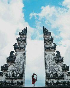 Salah satu pura yang ada di Bali tepatnya di Karangasem namanya Pura Lempuyang atau dikenal dengan Lempuyang Luhur. Pura ini memiliki view Gunung agung yang sangat memukau dan udara yang sangat segar karena termasuk dataran tinggi, tempat ini bisa menjadi salah satu destinasi yang harus kalian kunjungi ketika akan pergi ke pulau Bali.  Photo by : @azhamshot . .  #TukangJalan #PesonaIndonesia #WonderfullIndonesia #ExploreNusantara #JalanJalanMen #puralempuyang #bali #pulaubali