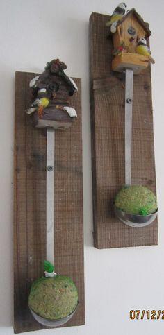 oude soeplepel geschroeft op een plankje met vetbol voor de vogels