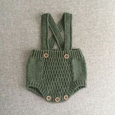 Nyfødt romper { Norwegian and english } New child romp / New child romper - tiddelibom Vintage baby romper and bonnet This Pin was discovered by Ólö A color to love By Knitting For Kids, Baby Knitting Patterns, Crochet For Kids, Hand Knitting, Knitted Baby Clothes, Knitted Romper, Baby Kids Clothes, Baby Pullover, Baby Sweaters