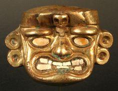 Periodo: Tardío 0 - 500 d.C. Estilo Vicus/Moche.   cultura Vicús  Esta pequeña máscara Vicús-Moche es un verdadero continente de relaciones simbólicas. Técnicas, materiales y formas, sugieren ser el soporte y el instrumento a través del cual los moche inscribieron las tensiones de su vida. La pieza es de cobre, dorado con una fina capa de oro. Su apariencia es de oro macizo y sin embargo, disimula la calidad de su interior, ocul