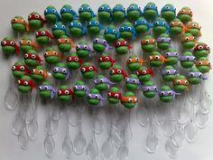 Colherzinhas para brigadeiro de colher decoradas com as Tartarugas Ninjas em biscuit.