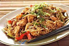 Vaječné čínské (vietnamské) těstoviny smíchané s oretovanou zeleninou a kuřecím masem.
