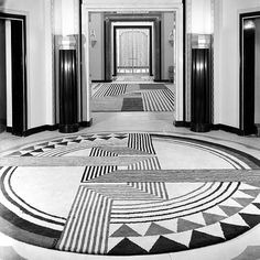 This Interior relates back to the Art Deco era. The main aspects that relate back to Art Deco in the way hoe are the strong elements geometric and angular shapes creating an a striking pattern Casa Art Deco, Art Deco Stil, Art Deco Home, Art Deco Rugs, Interiores Art Deco, Bauhaus, Art Deco Period, Art Deco Era, Art Nouveau Arquitectura