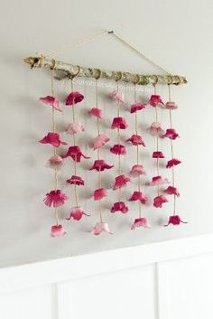 flowers Chic DIY Boho Flower Wall hanging made from egg cartons! This is a must see craft that will not disappoint. Egg carton flowers are easy to make & so pretty Flower Crafts, Diy Flowers, Paper Flowers, Wall Hanging Crafts, Hanging Flower Wall, Diy Hanging, Easter Crafts, Diy And Crafts, Crafts For Kids