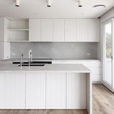 C O A S T A L L U X E Finished kitchen at my Newport Beach house project. Organic colour palette of white, concrete + oak. V-groove… Quirky Home Decor, French Home Decor, Cute Home Decor, Home Decor Signs, Home Decor Styles, Cheap Home Decor, Home Decor Accessories, Mim Design, Old Home Remodel