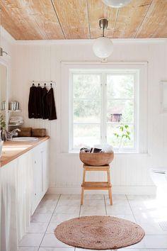 DET LJUSA BADRUMMET huserar i den gamla pigkammaren. Golvplanken har återanvänts som bänk. Det skrapade innertaket ger sliten charm.