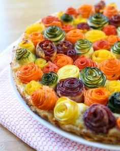zucchini carrots roses tart recipe A stunning savory tart that will surprise your family: zucchini and carrots roses on a bed of ricotta, parmesan and mozzarella cheese.zucchini carrots roses tart recipe, this is too cute to leave off of the to do li Tart Recipes, Cooking Recipes, Pastry Recipes, Cooking Tips, Vegetable Tart, Vegetarian Recipes, Healthy Recipes, Vegetarian Options, Healthy Food
