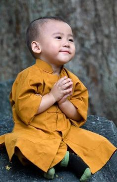 'Namaste', smiling young Buddhist in training, Tibet Precious Children, Beautiful Children, Beautiful Babies, Happy Children, Kids Around The World, People Around The World, Little People, Little Ones, Japan Kultur