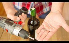 O saca-rolhas sumiu quando você mais precisava tomar uma boa taça de vinho?! Mãos à obra! Com este truque, você vai ficar feliz por ter um parafuso a menos.
