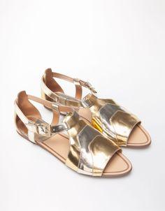 Bicolor metalizado by #Bershka Sandalias planas con hebilla #BershkaShoes #Footwear #BOGUE
