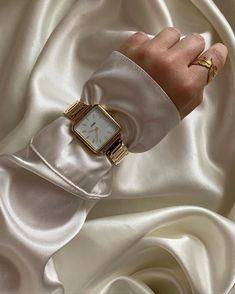 Cream Aesthetic, Gold Aesthetic, Cute Jewelry, Jewelry Accessories, Fashion Accessories, New Mode, Plakat Design, Jewelry Photography, Gold Fashion