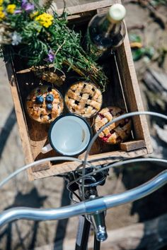 Gluten-free Mini Pies and a Picnic at the Lake - Our Food Stories Comida Picnic, Elsie De Wolfe, Picnic Time, Picnic Parties, Summer Picnic, Mini Pies, Slow Living, Country Life, Hygge