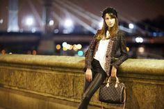 new louis vuitton speedy bandouliere handbags with a model view Louis Vuitton Speedy 30, Louis Vuitton Shop, Louis Vuitton Taschen, Louis Vuitton Handbags, Vuitton Bag, Lv Handbags, Louis Vuitton Official Website, Chanel, Parisian Chic
