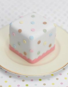 http://www.thecakeparlour.com/wp-content/uploads/2011/01/Polka-dot-mini-cakes-300x384.jpg