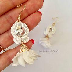 07834d22a675 Ručne šité šujtášové náušnice   Soutache earrings with flower tassels    Swarovski®️crystals (Maria - biela)   VeronikaSoutache