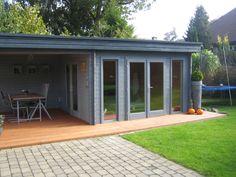 Das moderne Flachdach Gartenhaus mit bodentiefen Fenstern bietet nicht nur auf der Terrasse ein lauschiges Plätzchen für schöne Stunden: Wird es ein wenig kühler am Abend, kann man es sich im Inneren bequem machen.