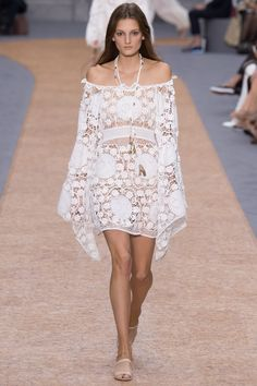 See all the Collection photos from Chloé Spring/Summer 2016 Ready-To-Wear now on British Vogue Fashion Tv, Runway Fashion, Boho Fashion, High Fashion, Fashion Show, Fashion Design, Chloe Fashion, Style Fashion, Luxury Fashion