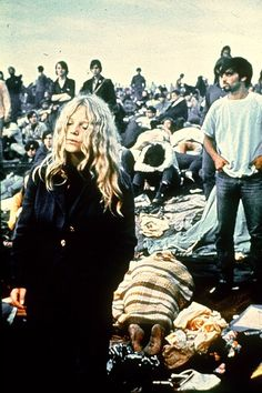 Style throwback: Music festivals throughout the years A concert-goer of the 1969 Woodstock Music Festival enjoying the ambiance wearing a peacoat with natural curls flowing.Photo Credit: AP via StyleList 1969 Woodstock, Woodstock Hippies, Woodstock Festival, The Who Woodstock, Woodstock Music, Woodstock Photos, Joan Baez Woodstock, Joe Cocker, Jimi Hendrix
