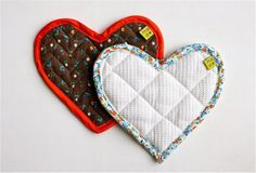 Dana from MADE shares a two-in-one tutorial for making a heart-shaped hot pad and applying bias tape around the edges. She gives two methods for applyin the bias tape – the do-it-the-right-w… Fabric Crafts, Sewing Crafts, Sewing Projects, Craft Projects, Bias Tape, Sewing Hacks, Sewing Tutorials, Tutorial Sewing, Sewing Tips