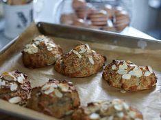 Saftiga, glutenfria scones med banan, kokos och mandel.