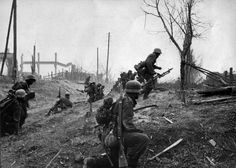 The Battle of Stalingrad (July German Army assault troops advance into the suburbs of Stalingrad (late Sept To the left a mortar crew can be seen. They are unaware of the nighmare that awaits them all. German Soldiers Ww2, German Army, Luftwaffe, Battle Of Stalingrad, Germany Ww2, History Online, War Photography, Vietnam War, Germany