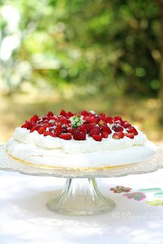 pavlova with wild strawberries Anna Pavlova, Pavlova Cake, Strawberry Pavlova, Cake & Co, Wild Strawberries, Salty Cake, Love Cake, Savoury Cake, Culinary Arts