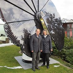 Interested in using solar panels to power your home? SmartFlower comes in three different models while still maintaning the sculptural solar flower design. Small Solar Panels, Used Solar Panels, Latest Technology Gadgets, Solar House, Permaculture, Solar System, New Construction, Beautiful Gardens, North America