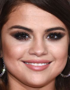 Close-up of Selena Gomez at the 2016 Grammy Awards - karissa Selena Gomez Bikini, Selena Gomez Eyes, Selena Gomez Latest, Selena Gomez Makeup, Selena Gomez Cute, Estilo Selena Gomez, Party Makeup Looks, Hooded Eye Makeup, Hooded Eyes