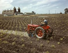 McCormick Farmall C Tractor with Fronted-Mounted Cultivator Antique Tractors, Vintage Tractors, Vintage Farm, Antique Cars, Chevy Trucks Older, Jacked Up Trucks, Old Ford Trucks, Lifted Chevy, Pickup Trucks
