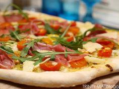 » Italiensk pizzabunn med pesto, parmaskinke og mozzarella
