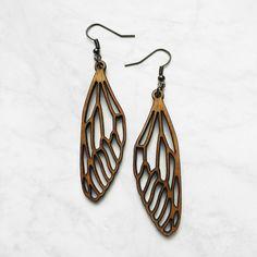 Etsy で見つけた素敵な商品はここからチェック: https://www.etsy.com/jp/listing/265463011/wooden-dragonfly-earrings-laser-cut