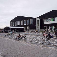 MFA Kreekrijk is onderdeel van nieuwbouwwijk Kreekrijk in Assendelft. Deze nieuwe multifunctionele accommodatie huisvest twee basisscholen, een BSO en twee gymzalen. In opdracht van Aannemingsbedrijf Putter werden op het buitenterrein twee overkappingen en diverse fietsparkeervoorzieningen geplaatst. Street View