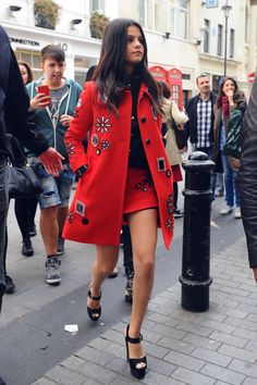 selena gomez autumn style, red skirt and coat Selena Gomez Trajes, Selena Gomez Outfits, Selena Gomez Style, Mode Ootd, Look Office, Skirt Mini, Estilo Fashion, Look Chic, I Love Fashion