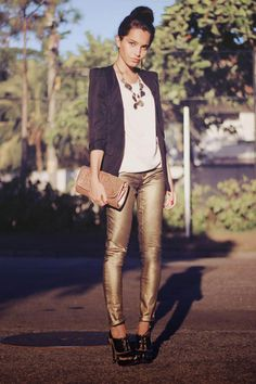 love the gold pants! she loves gold pants Gold Jeans, White Jeans, Best Jeans For Women, Look 2015, Love Fashion, Womens Fashion, Ladies Fashion, Fashion Tips, Outfits