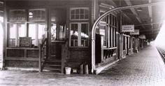 Perron 2 van het spoorwegstation  te Uitgeest in 1955. Centrale seinpost met wachtruimte voor de reizigers.