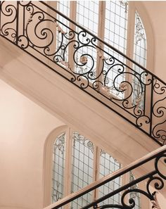 Iron Staircase Railing, Steel Stair Railing, Iron Handrails, House Staircase, Metal Stairs, Stair Handrail, Balcony Railing Design, Window Grill Design, Building Stairs