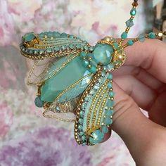 Девочки, у меня в наличии задержалось немного брошечек . Посмотреть их можно по #zuka_в_наличии . 🌹💐🌷 #скидкинаукрашения #брошьсоскидкой #распродажаукрашений #купитьброшь#брошьручнойработы Insect Jewelry, Jewelry Art, Beaded Jewelry, Beaded Necklace, Jewelry Design, Bead Embroidery Jewelry, Beaded Embroidery, Brooches Handmade, Handmade Jewelry